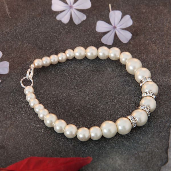 Fashionable Bracelet with Pearl Detailing