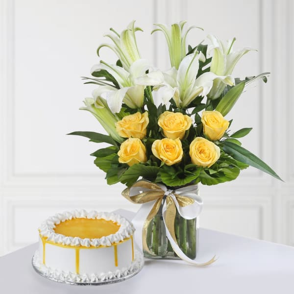 Half Kg Round Shape Butterscotch Cake with Mixed Flowers In A Vase