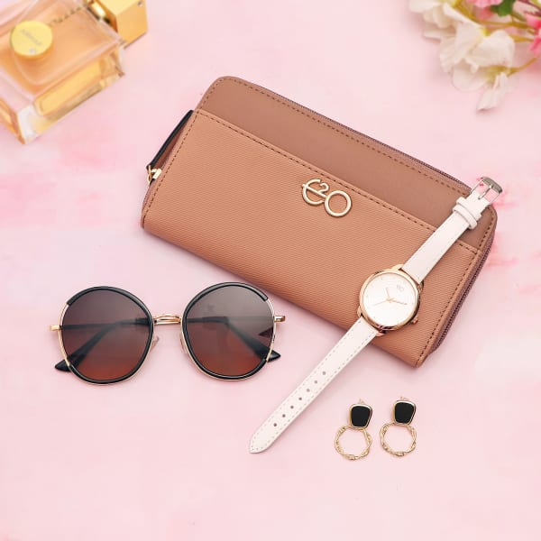 Two-Tone Neutral Wallet With Smart Accessories