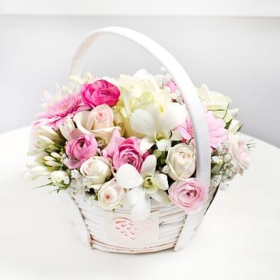 Basket arrangement in light colours