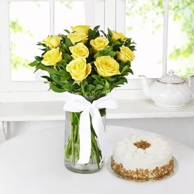 Beautiful 10 Roses with Butterscotch Cake (Half Kg)