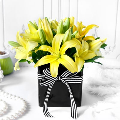 Bouquet of Yellow Lilies in Black Vase (6 Stems)