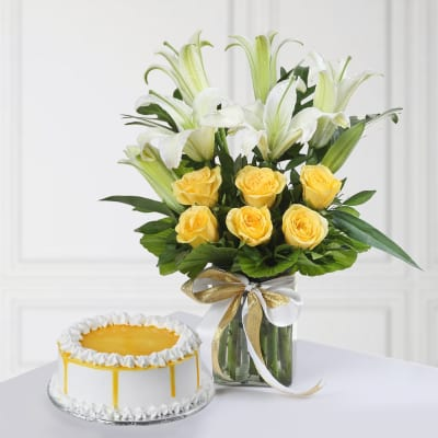 Half Kg Round Shape Butterscotch Cake (Eggless) with Mixed Flowers In A Vase